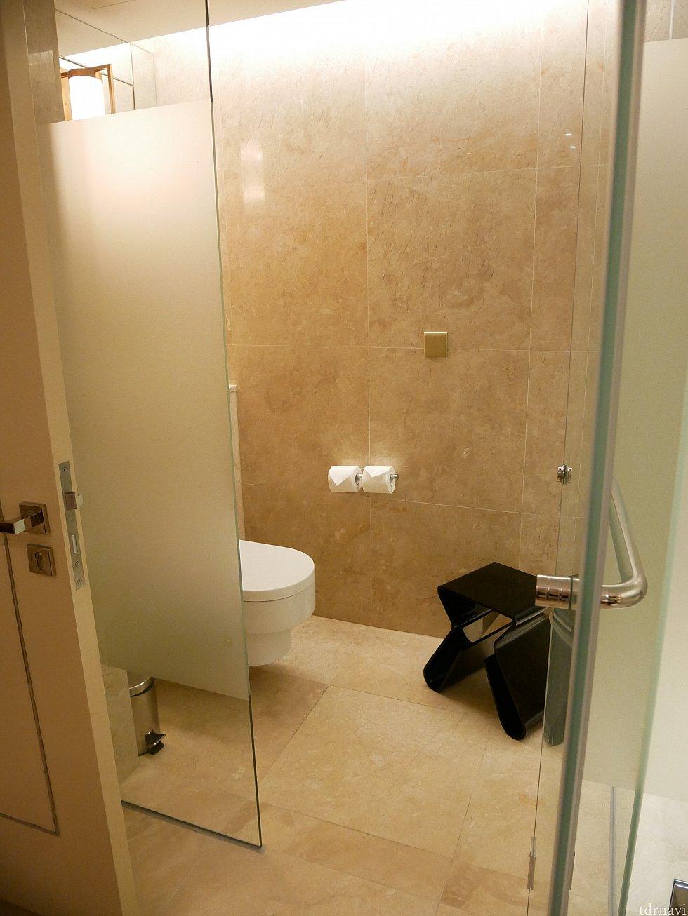 トイレも洗面所エリアにあります。洗面所には椅子があるのですが、トイレの中にもイスが!何用ですかね💦💦
