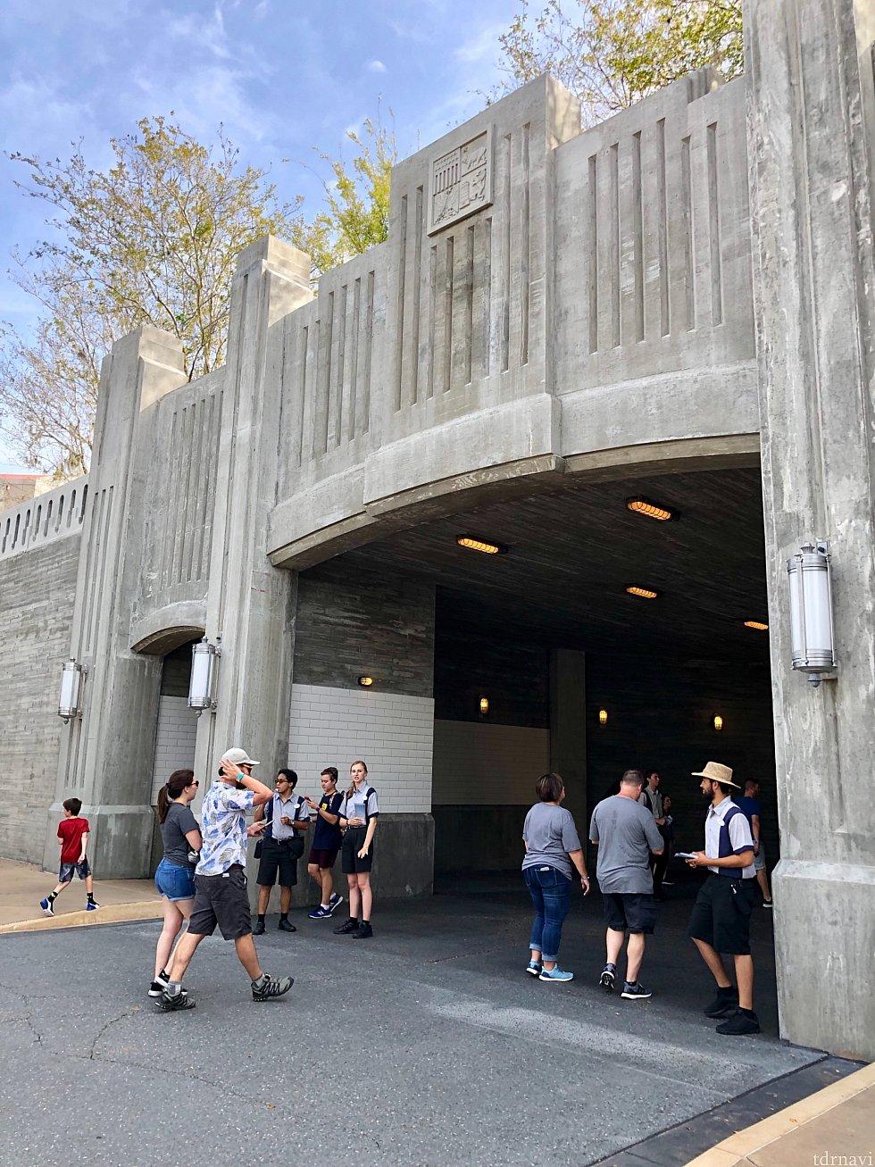 メインエントランスは、マペットビジョン3Dがある、Grand Avenue から。プレビュー時の唯一の出入り口がここでした。キャストさん達のコスチュームもまだハリウッドスタジオ仕様。
