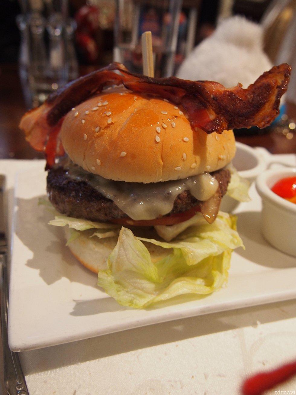 ボリューミーなハンバーガー。肉汁じゅわぁ!ベーコンカリカリ。本当に美味しかったです。ナイフとフォークでいただきます。