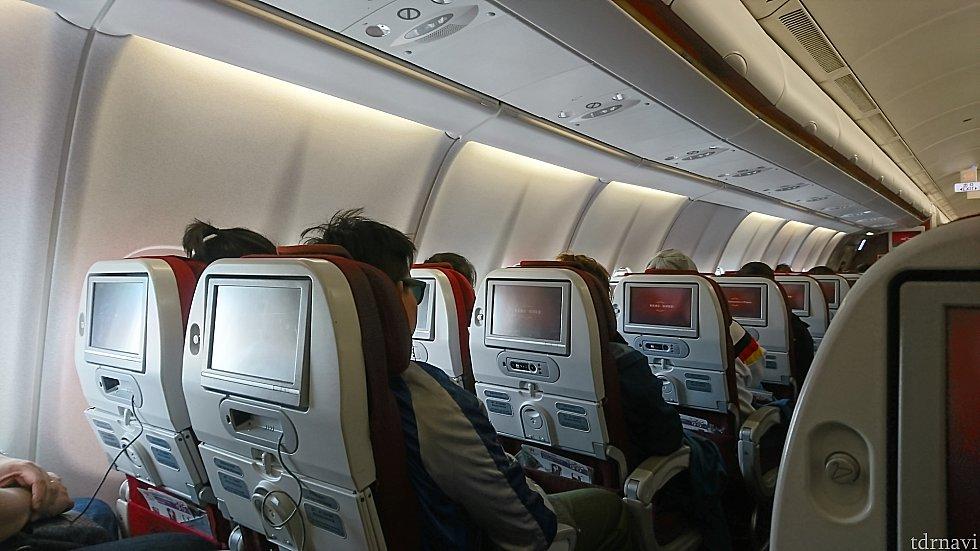 エコノミークラスのシート配列は2-4-2。後方の一部は2-3-2。