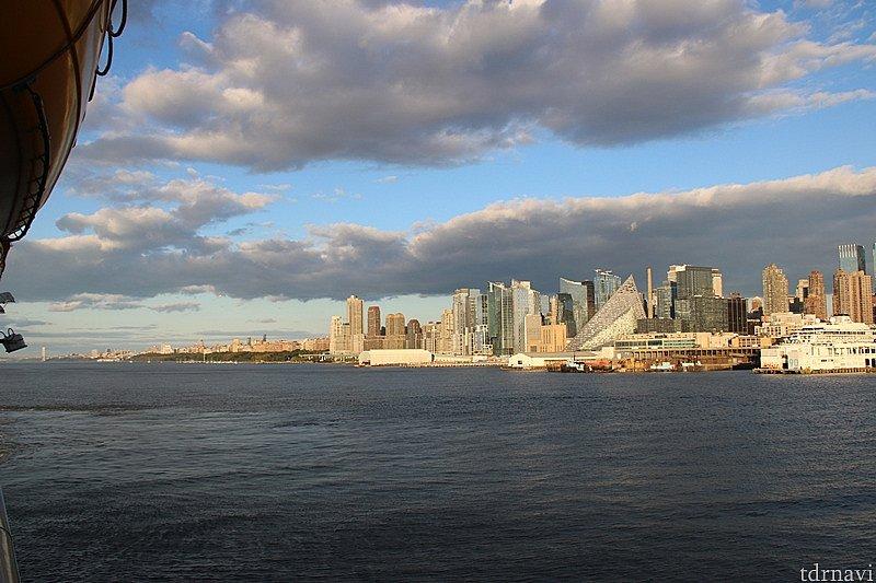 マンハッタンの高層ビル群に沿って走る。