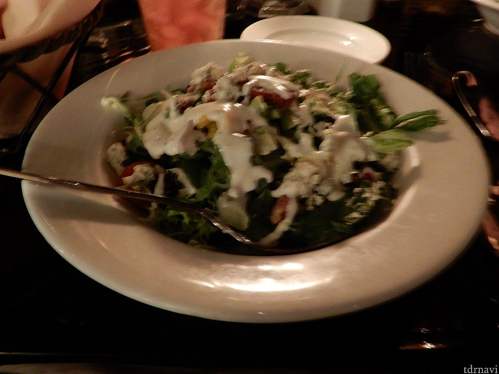 前菜のサラダ。多いので野菜不足は解消されます。