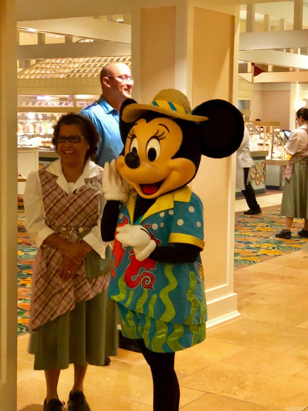 開店時にはミニーちゃんが出迎えてくれます!