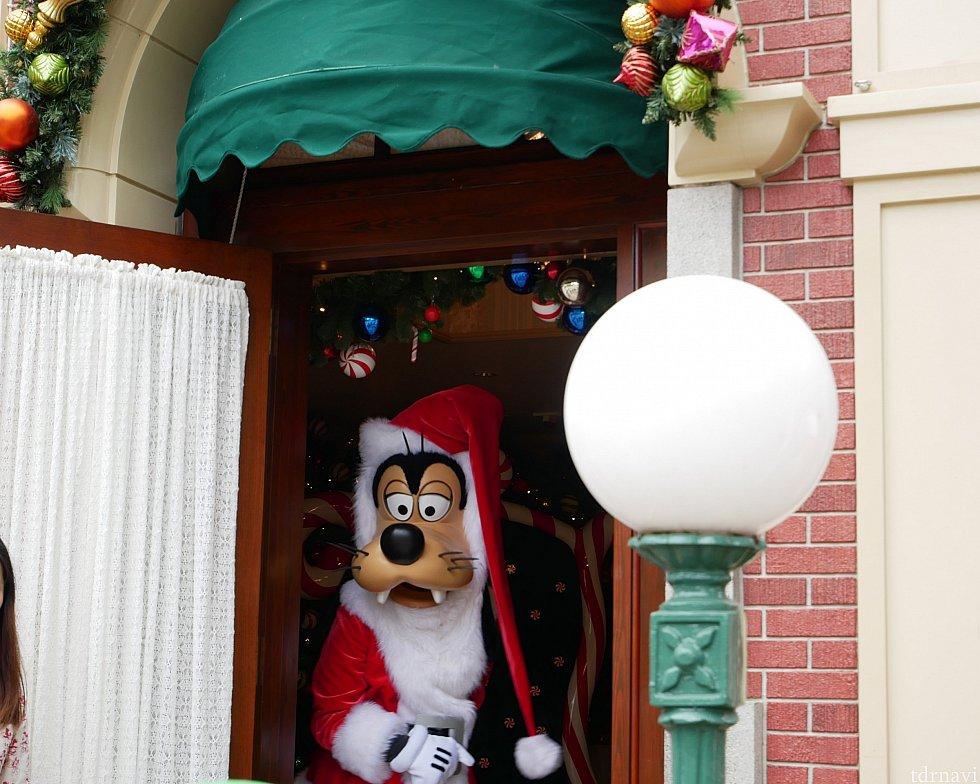 サンタグーフィーはシティーホールの横、アネックスで会えます🎅 ドアを開けてお出迎え🎵