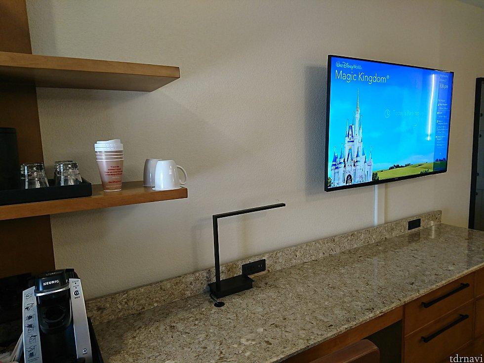 テレビ周り。照明部分にもコンセントあり。
