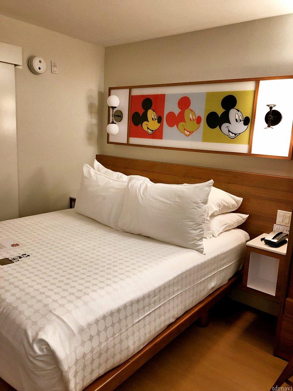 ベッドにあるミッキーのポップな絵