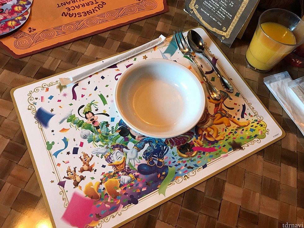 食事がいらない子供にはフォークとスプーン、お皿が用意されます。 あと右上に見えるのが100%オレンジジュース。 敷物は35周年柄でした。