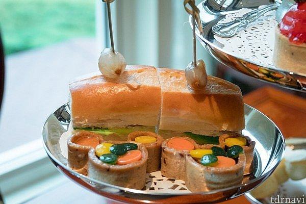 サンドイッチとミッキーのフォレスト・タルト。タルトには人参や胡瓜を丸く切ったものが入ってます。