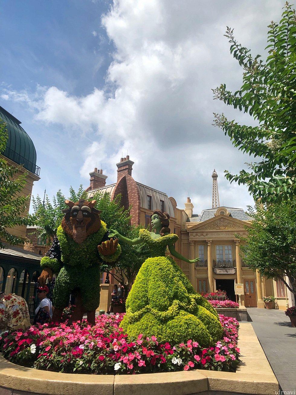 建物の色使いも綺麗で素敵なフランス館。 Flower&Garden Festival開催中でベルと野獣のトピアリーがありました。