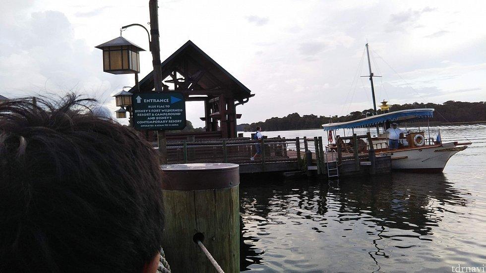 宿泊先のウィルダネスロッジからはボートでコンテンポラリーへ移動できます。 船着き場から出発。 湖を抜けてくる風が気持ちいい!
