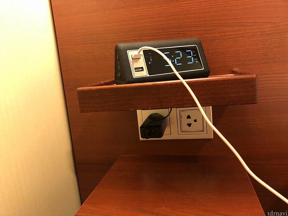 USBが二箇所とコンセントも2箇所ですが1つは時計に使用されています。