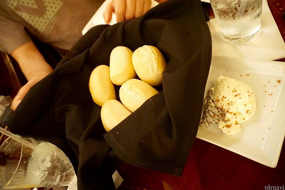 このパンに付いてくるバターに添えられて来た、ハワイアンラバーソルトと言う塩が、物凄く美味しくてビックリ。