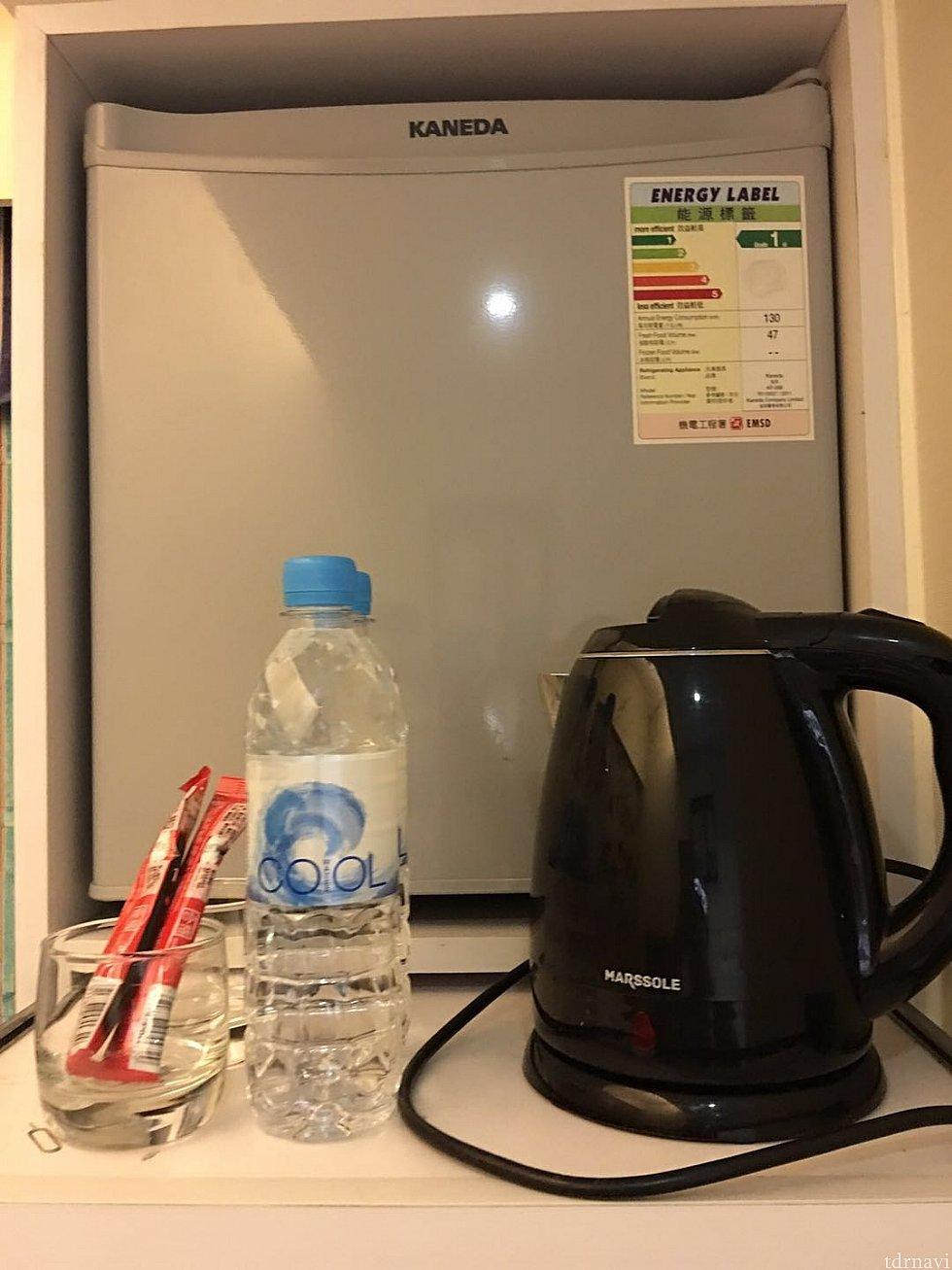 ベッド上部には冷蔵庫と電気ポット、ミネラルウォーター、インスタントコーヒーがあります。