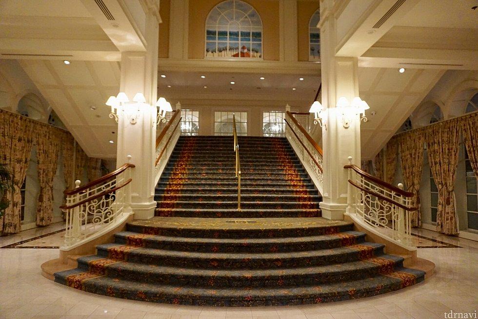 こんな豪華な階段も。