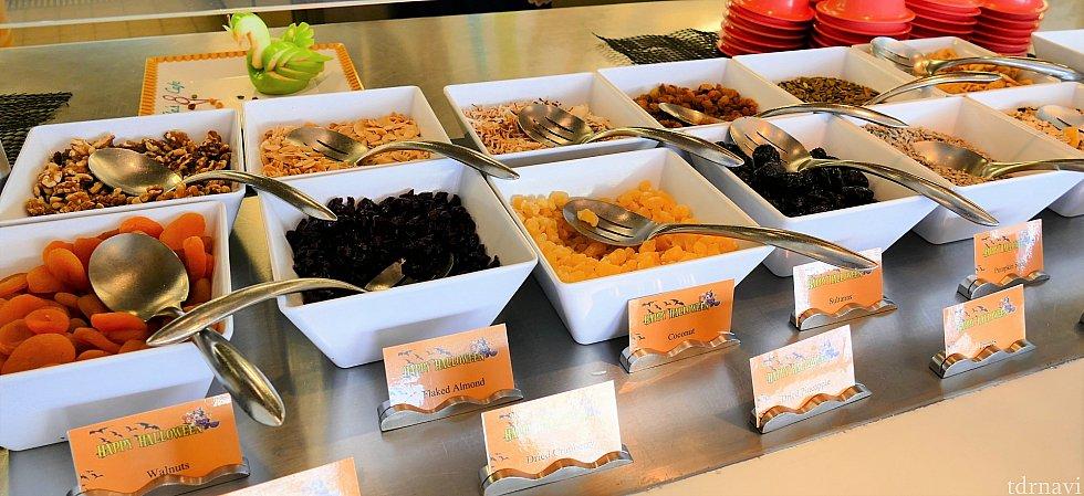朝食の様子①ドライフルーツやヨーグルトなど