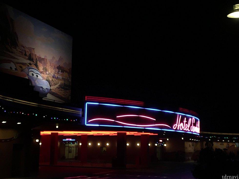 ホテルのバス乗り場前から。夜は80年代風?のネオンが輝きます