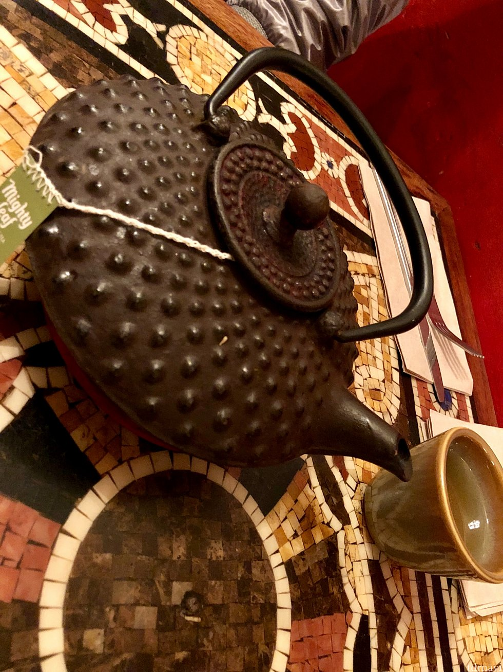 友達が緑茶を頼んだら、立派な鉄製の急須が出てきました。でも緑茶のティーバッグなので味はそれほど期待しない方が良いかもしれないですね。