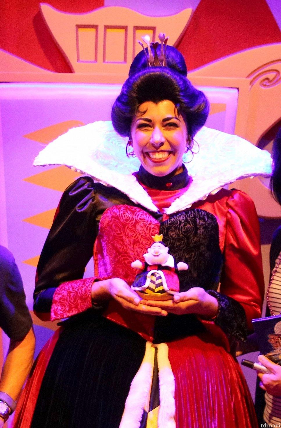 なぜか日本髪な女王は、「あら、アタシ!」とぬいぐるみに大はしゃぎでした!