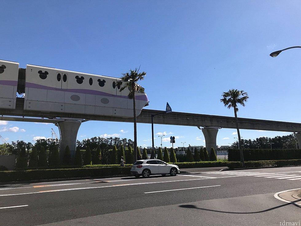 ホテルを出て横断歩道を渡るとリゾートラインステーションです。本当に近い!