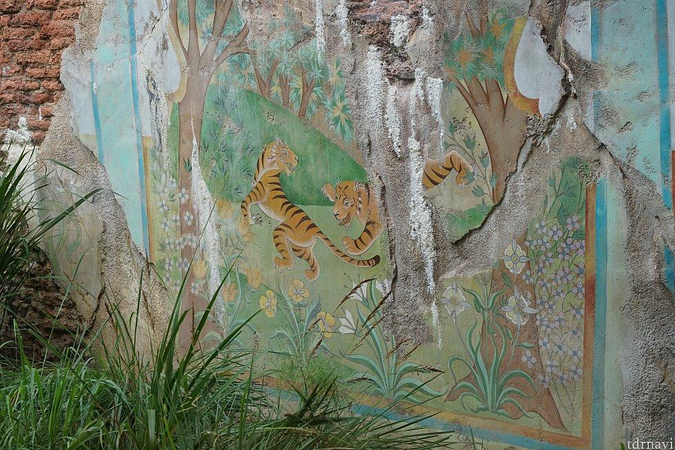 遺跡の壁にはトラの壁画が。