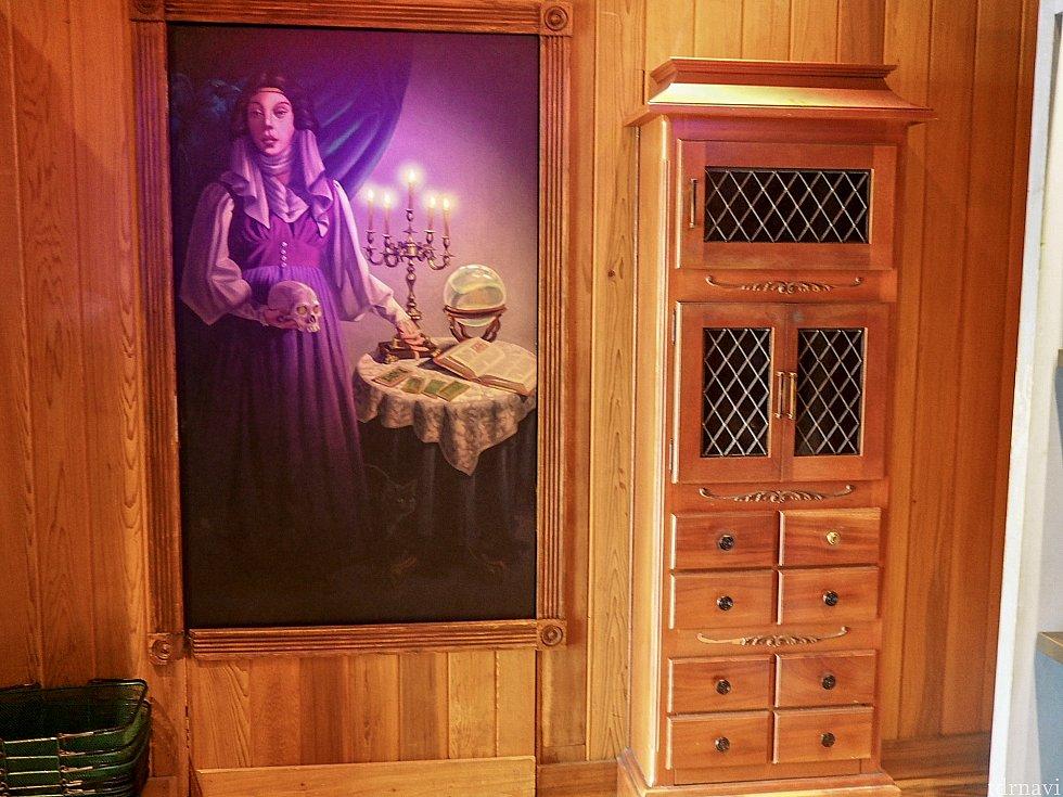 マダム・レオタの肖像画の横に棚があり、実はこの棚に出来上がった写真が入れられています。 写真が出来上がるとチリンチリンと鈴の音が聞こえてきました。