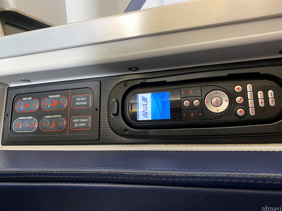 リモコンなどの操作部は座席横にあります スタッガード型は細かくリクライニングの調整が出来ます