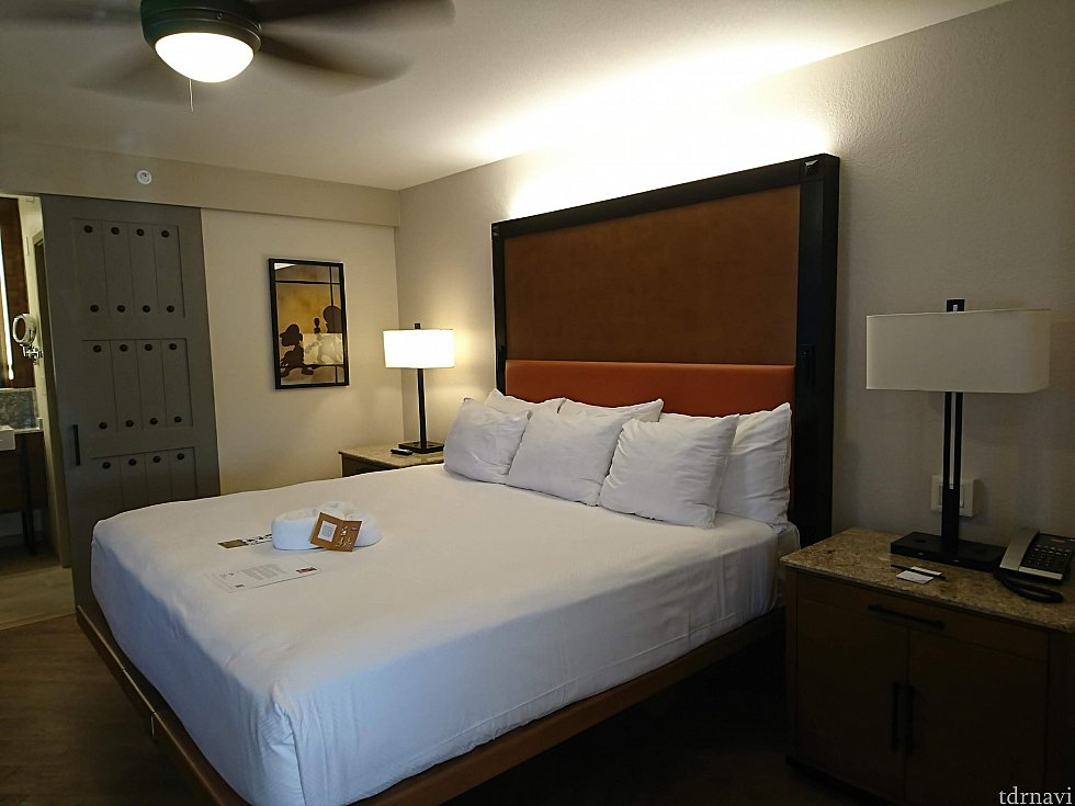 ベッド周り。ベッド両サイドにコンセントがあったので便利でした。