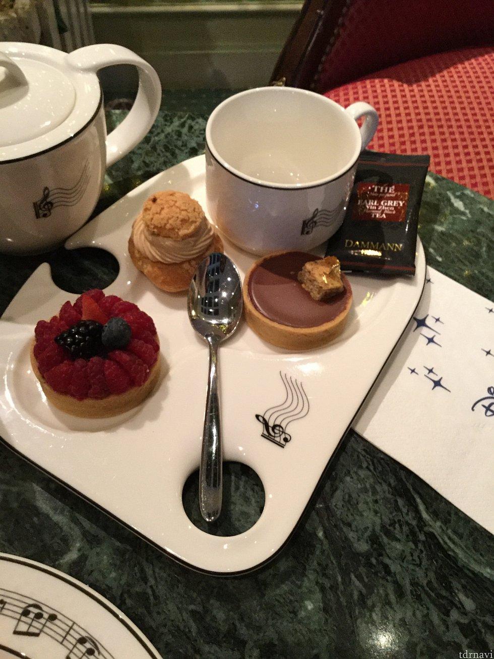プチガトー3種セットはコーヒー、紅茶数種からドリンクが選べます 友達はキャラメル烏龍がお気に入り♪