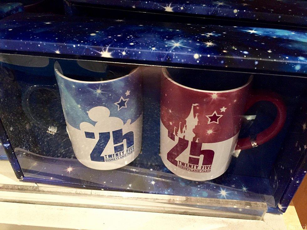 ペアカップの詰め合わせも。結構シックなデザインですね。