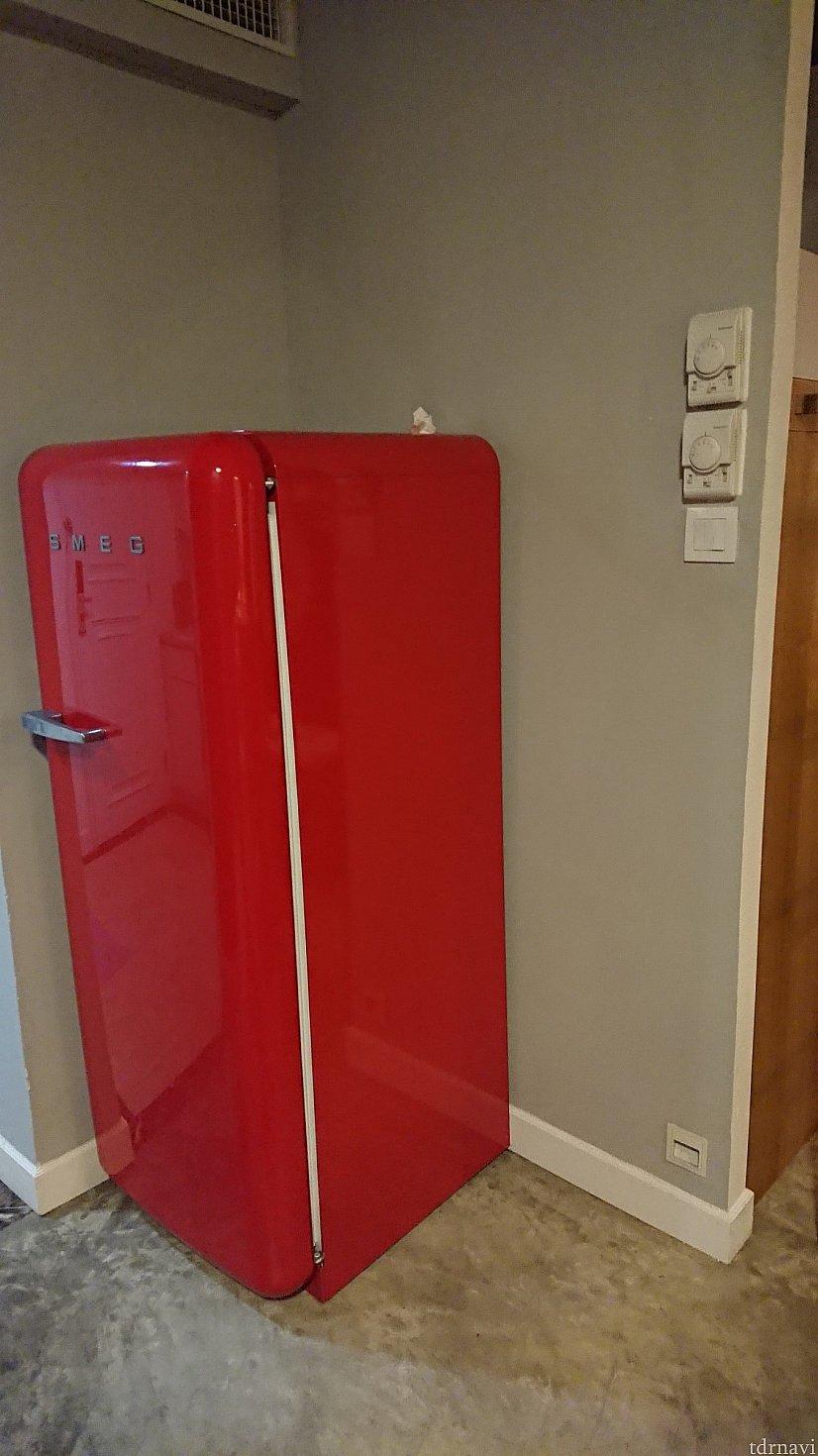 部屋にある冷蔵庫