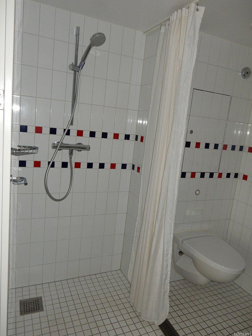シャワーブースとトイレはカーテンで仕切られています。