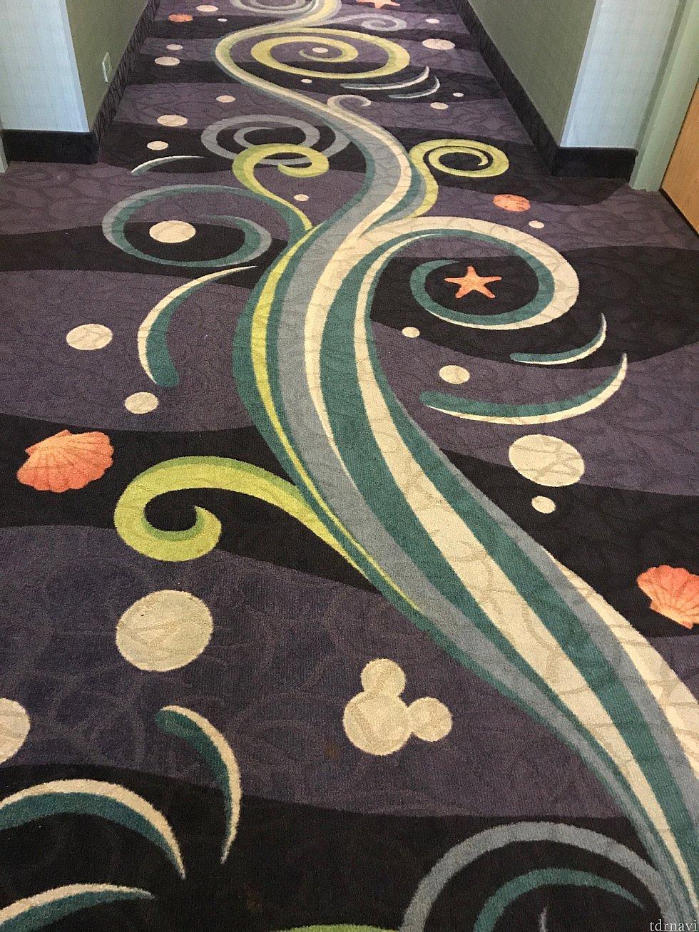 廊下のカーペットも海っぽくてとってもかわいい!!!隠れミッキーもいます♪
