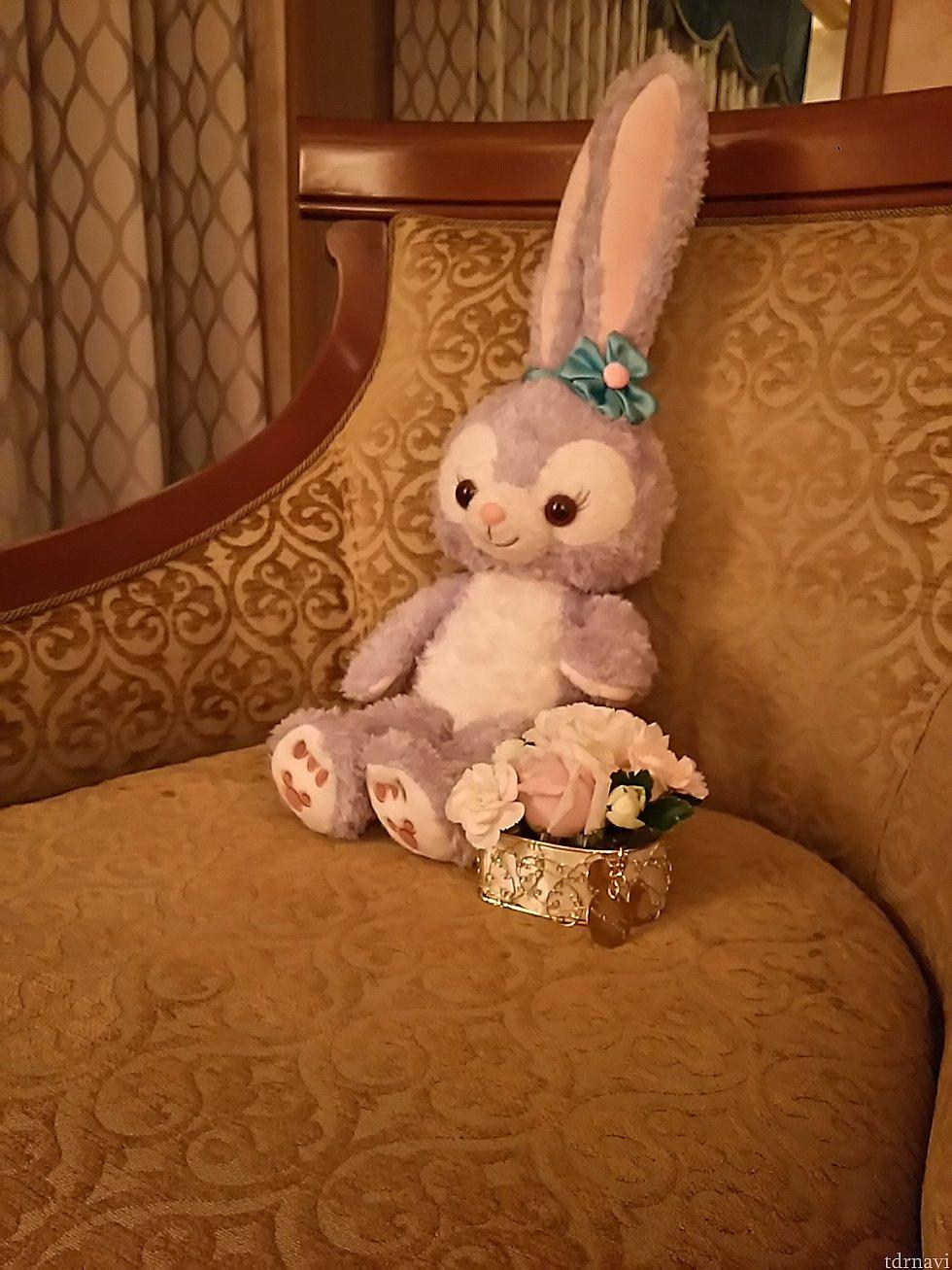 テーブルに飾ってあったお土産のお花生花です入れ物はハートの形にミッキーのチャームがついています