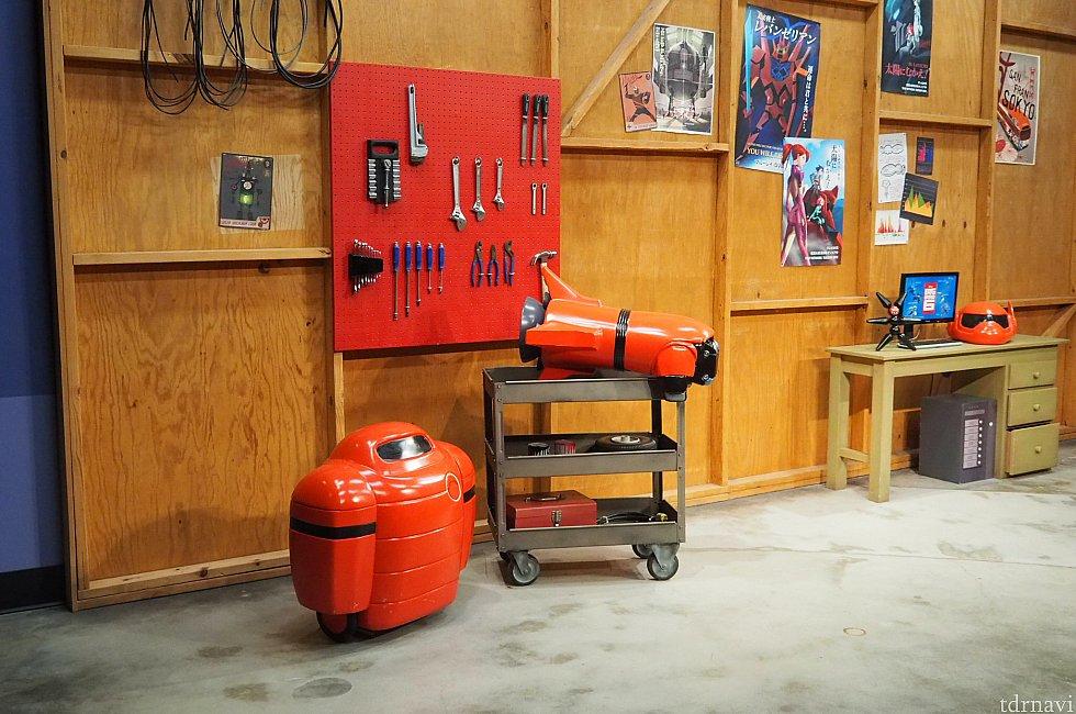 ベイマックスのスポットは内装が凝っています。ヒロの家のガレージの雰囲気です。