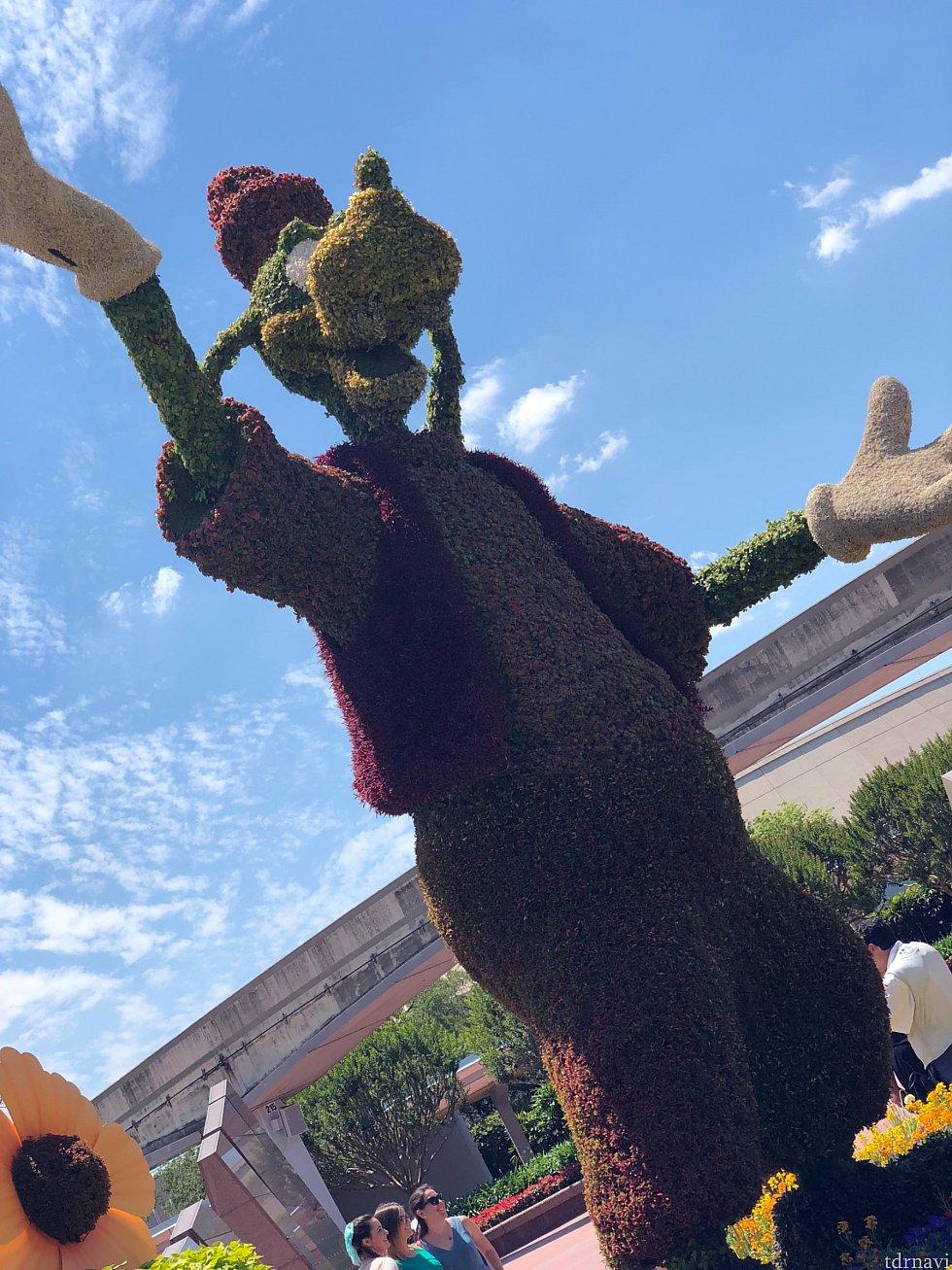 丁度フラワー&ガーデンフェスティバルが行われている最中のエプコット。実はフューチャーワールドのBGMもイベント用にされていました!流石ディズニー!