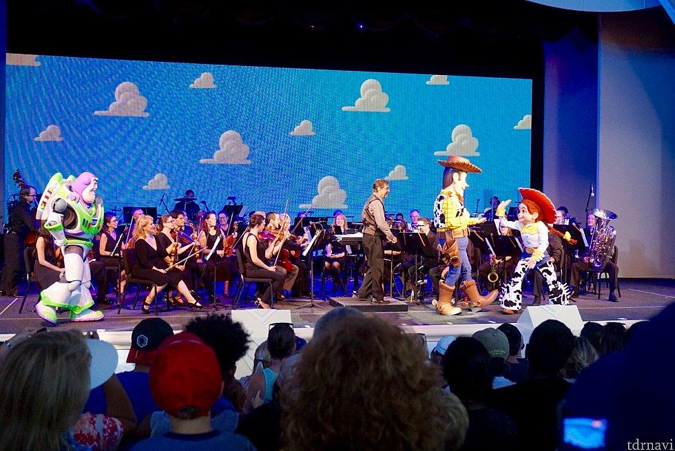 ショーが始まり、オーケストラの演奏者の方達とキャラクターが。