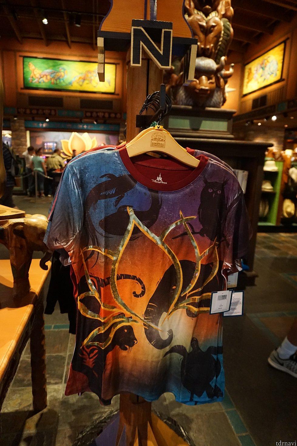 女性用のTシャツ。$32.95。これを着ているゲストの方がいましたが、とてもおしゃれに着こなしていました。背が高く、足も凄く長かったのでダンサーさんかなぁ?