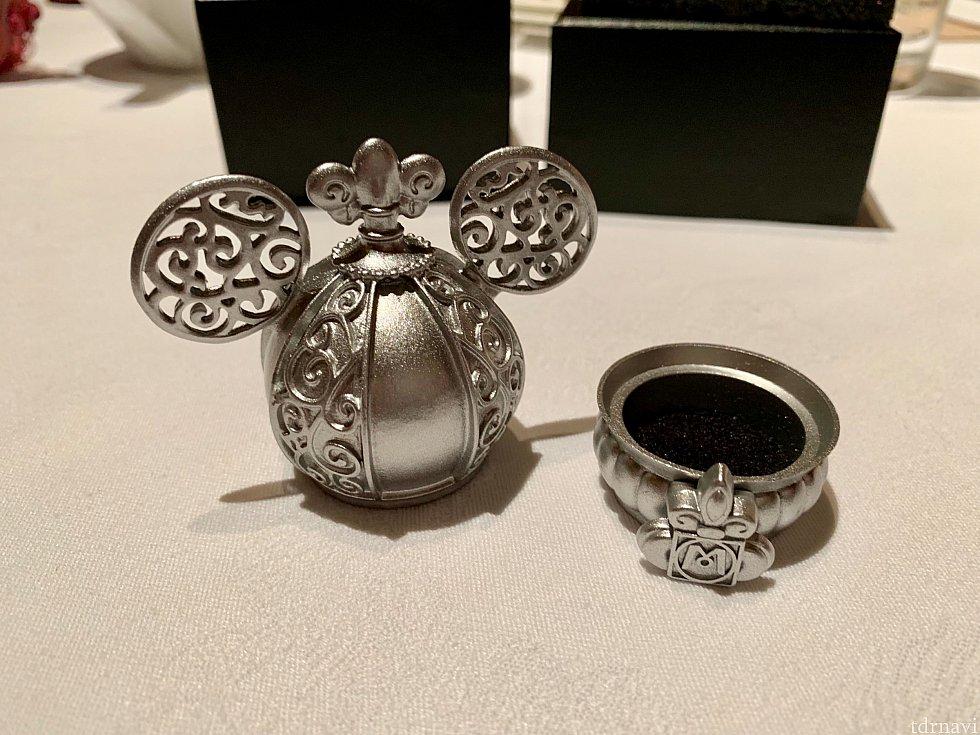 この小さいやつに何を入れればいいのやら…指輪?プロポーズ用?小物入れ以外の使い道を考えてみようかしら…