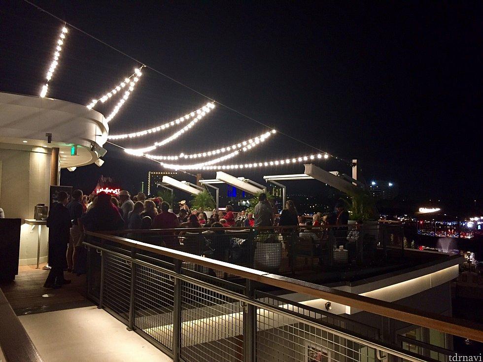 夜の洒落た雰囲気がとても似合うイベントですね。