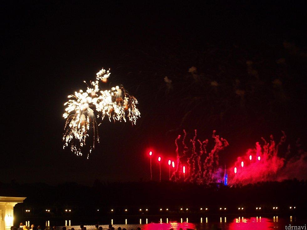 テラスからの花火とお城。上手に撮れませんでした。
