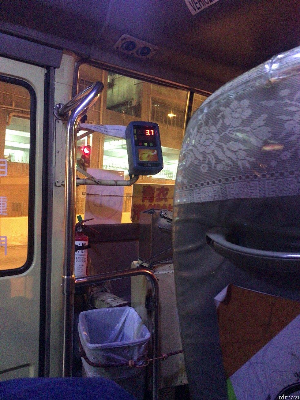 バス車内。 入り口近くにオクトパスカードをかざすリーダーがあるので、乗車したらかざしてください