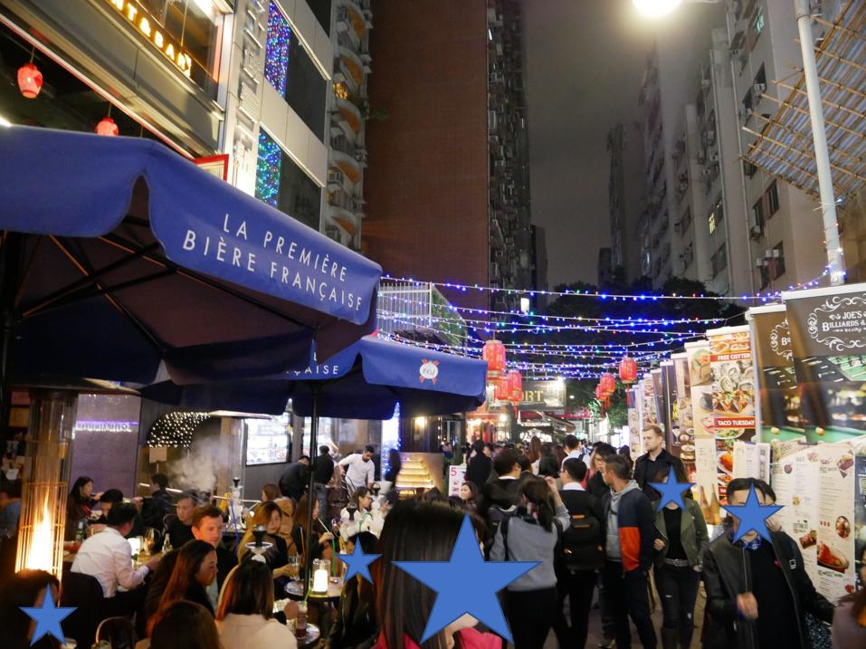 【徒歩ルート2】 ホテルはこの通りをまっすぐ行った一番端です。 ここは有名な通りで、夜遅くまでにぎわっています。ホテルから徒歩1分もしないので、飲んですぐ寝れます😆 中華料理はなく、イタリアンやスペイン料理などの店です。以前スペイン料理のお店に入りました😋🍴💕
