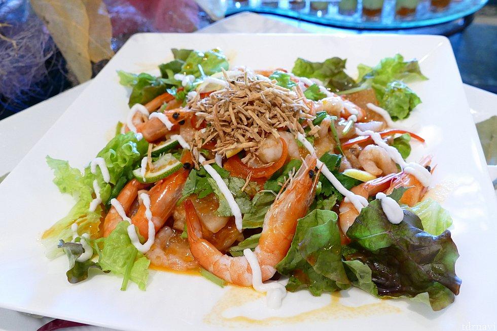 根菜のジュレ仕立て〜トムヤムクン風味〜 さっぱりとしたジュレ仕立てでガッツリというより ほのかにトムヤムクン!といったかんじのサラダでした! パクチーも入っていてここ最近 シャーウッドではエスニックがキテますね!✨