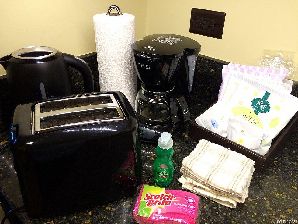 キッチンにはトースター・電子レンジ・コーヒーメーカー・電気ケトル・キッチンペーパー・洗剤・スポンジ・ゴミ箱・ゴミ袋があります