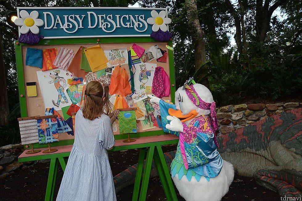 デイジーが「自分がデザインしたのよ」と教えてくれてます 笑 デイジーの頭に乗ってるサングラスがお気に入りだそうです。