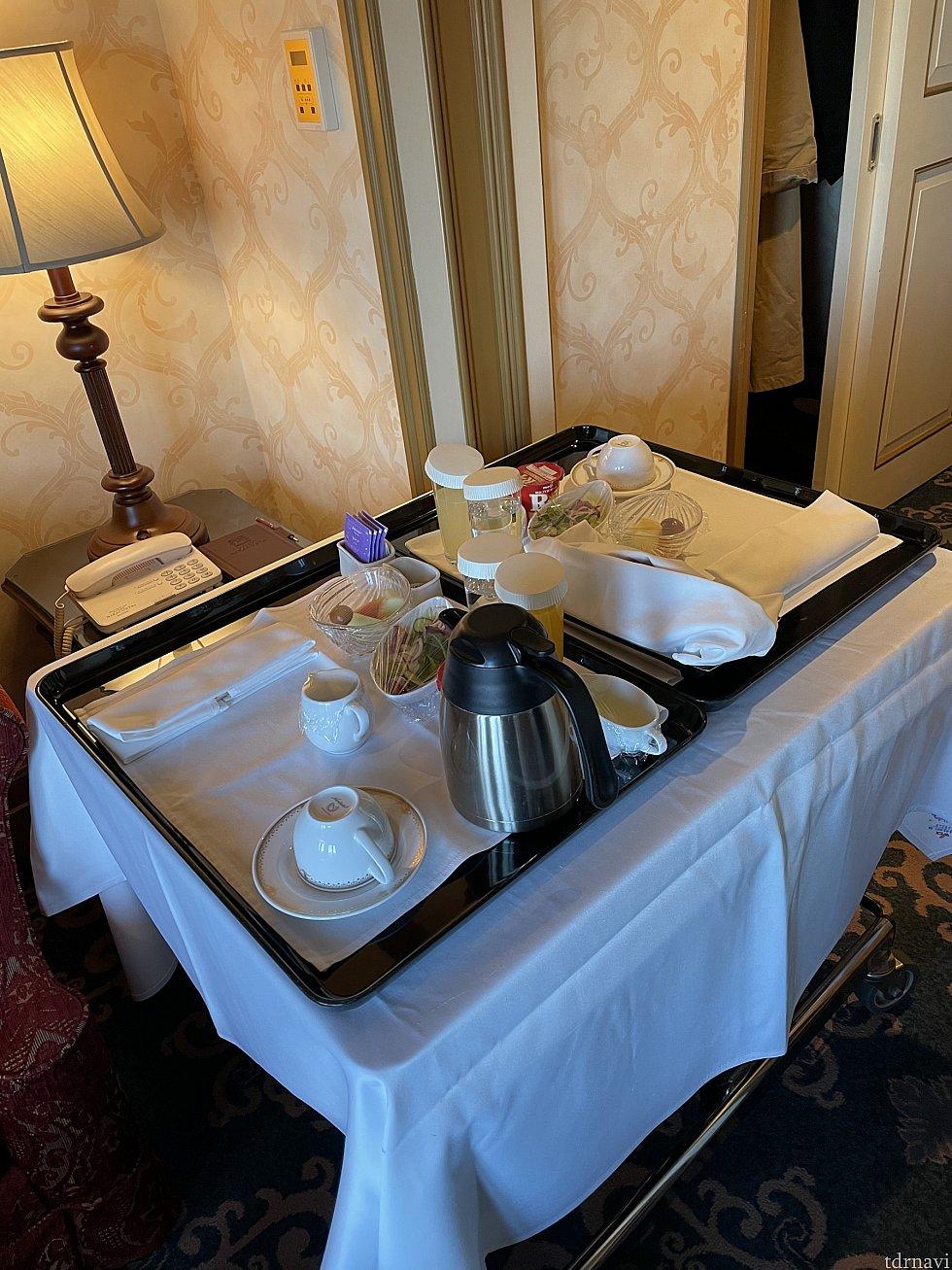 朝ごはんはオチェーアノかルームサービスが選べます<br> テレビの画面で頼みます