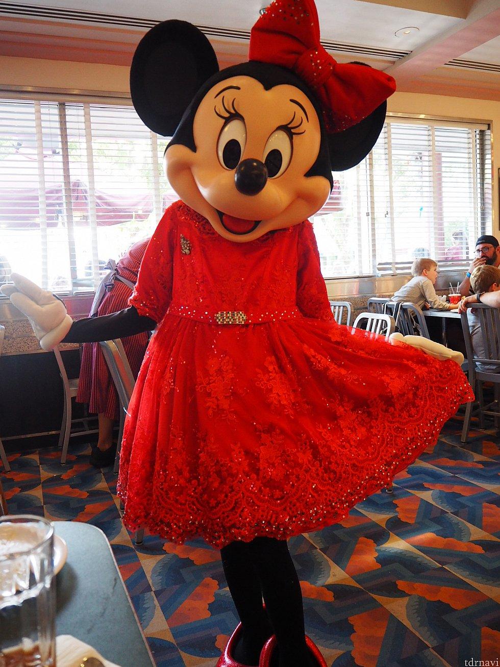 ホストのミニーは主役らしい赤ドレス!