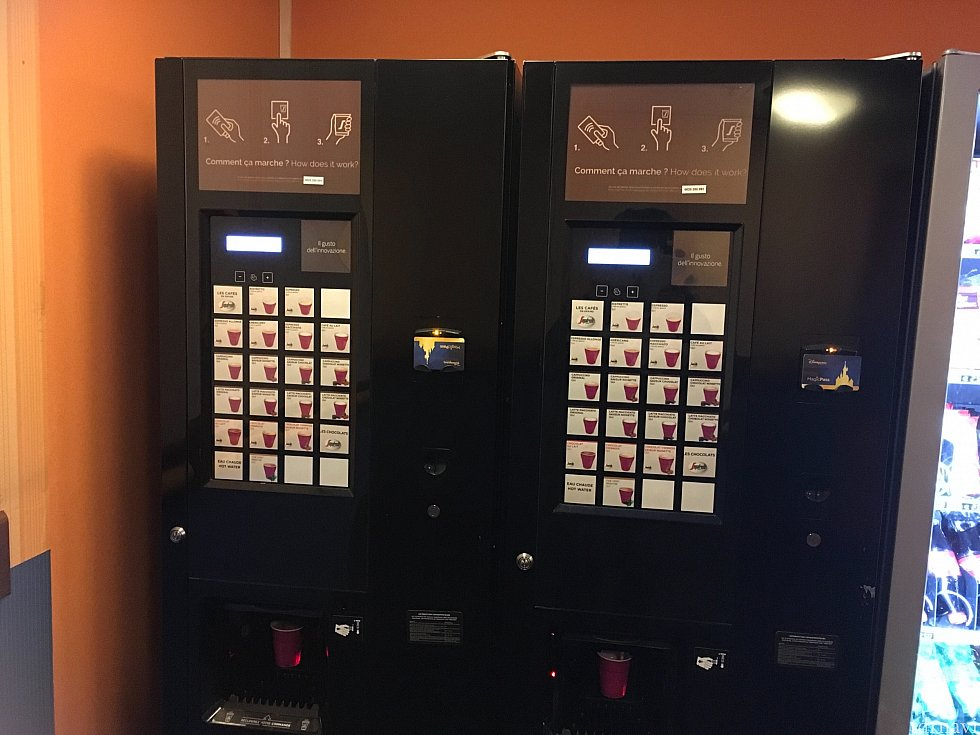 無料自販機は先頭写真の地図の14、33、46、54番の棟にあります。私が行ったところにはペットボトルの自販機もありました。カードキーを置くだけでOKです