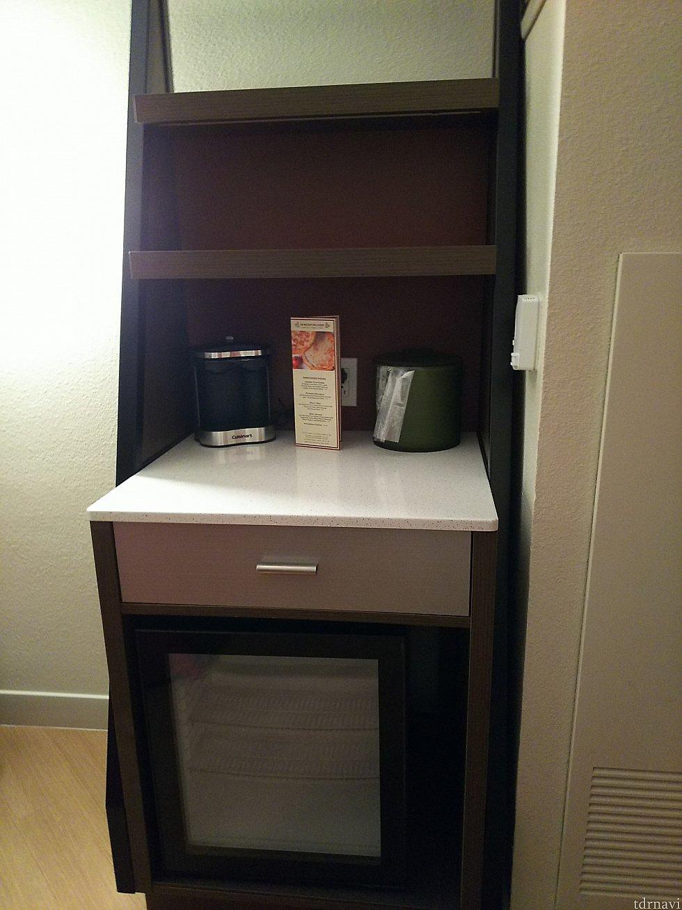 コーヒーメーカーが置いてあるキャビネット。引き出しの中にコーヒーやコップが入っています。下は冷蔵庫。