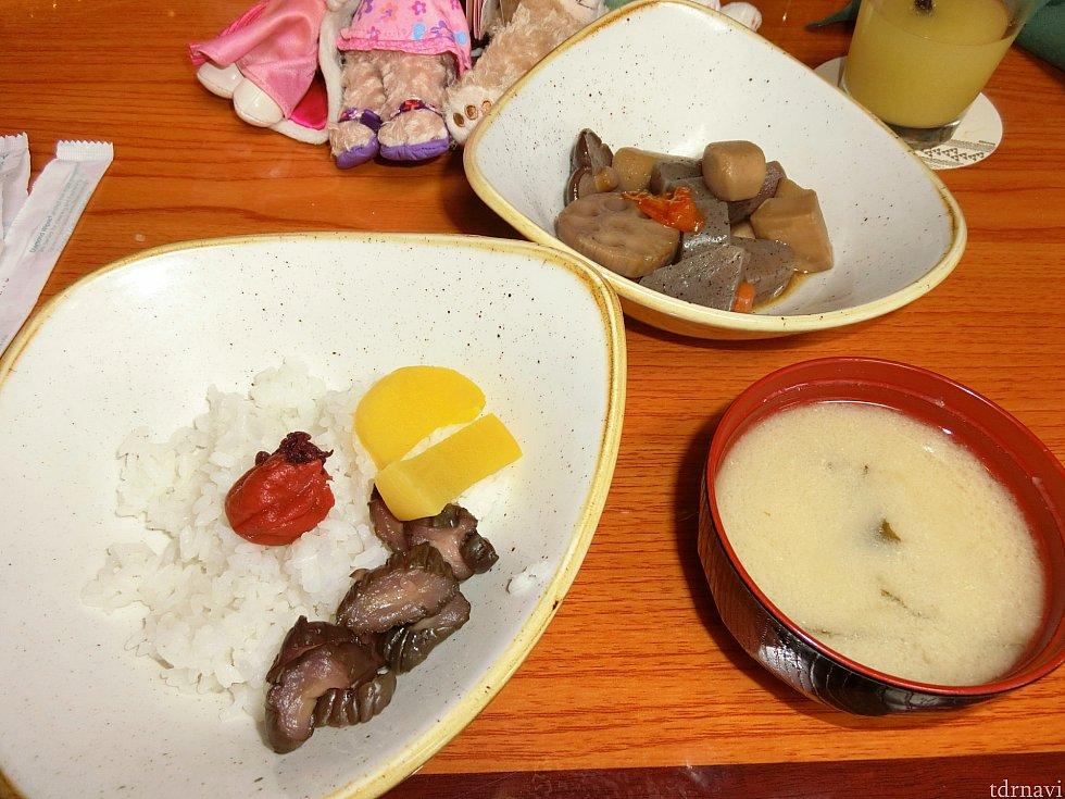白米、味噌汁、筑前煮、梅干し、キュウリのきゅーちゃん笑